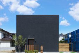 真っ黒い塗り壁のお家
